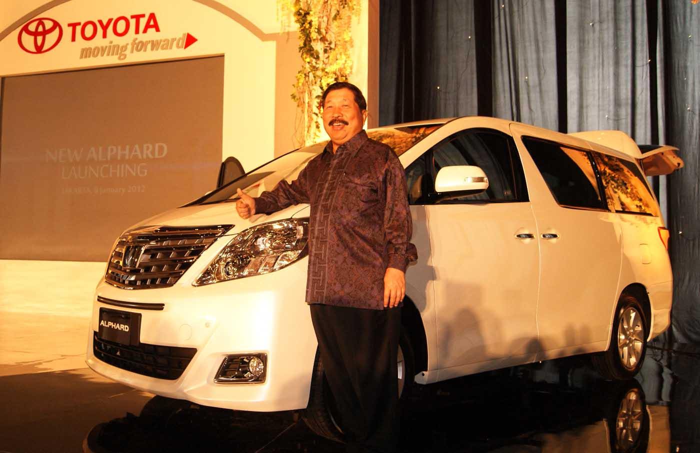 Presiden Direktur PT Toyota-Astra Motor (TAM), Johnny Darmawan memperkenalkan New Toyota Alphard kepada media