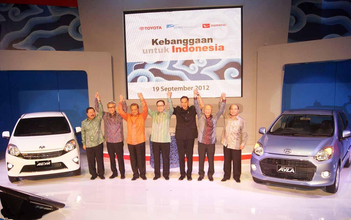 Menteri Perindustrian MS Hidayat, Menteri Perdagangan Gita Wiryawan dengan pada pejabat  PT Astra International Tbk Grup saat peluncuran mobil Toyota Agya dan Daihatsu Ayla
