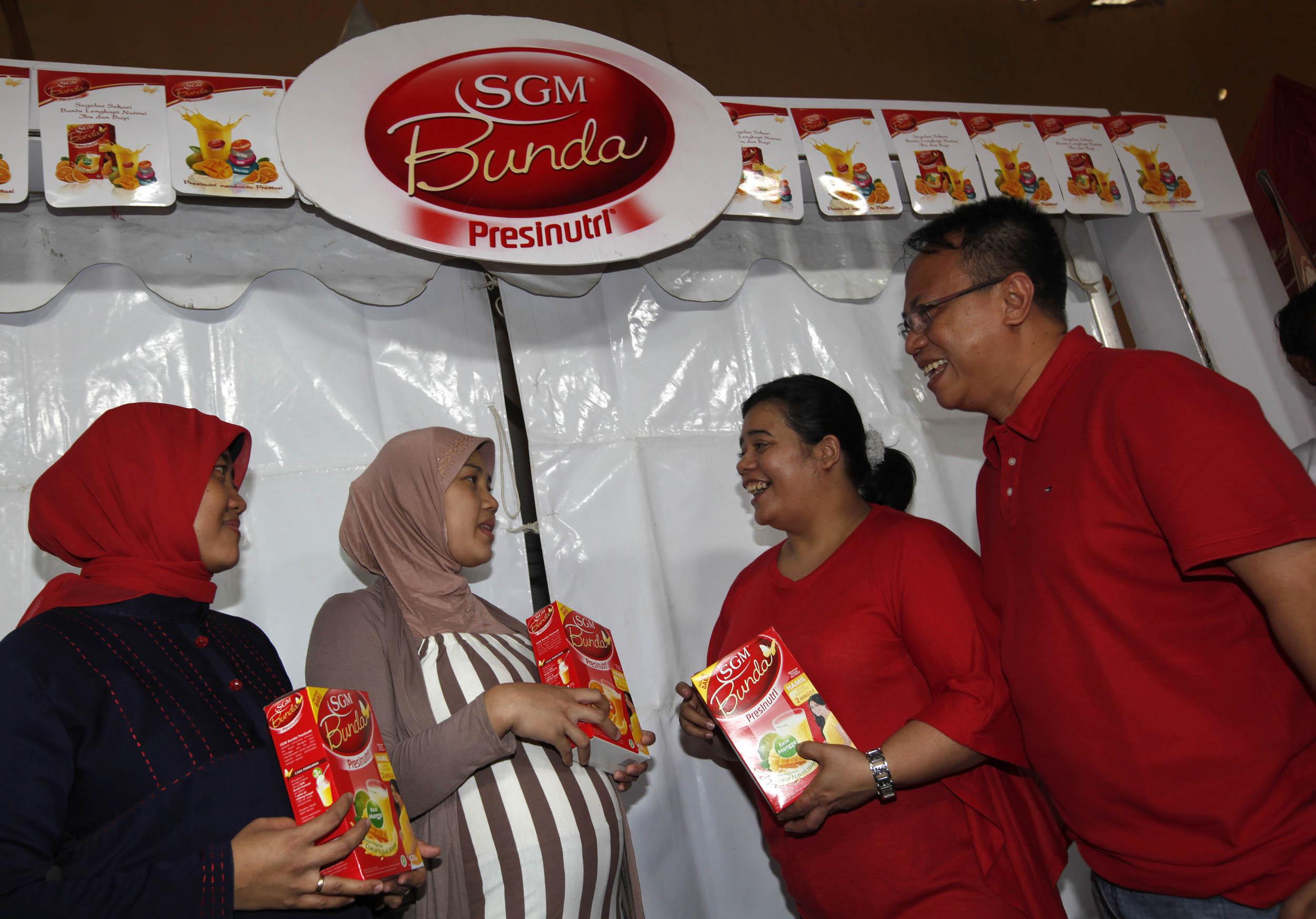 Arif Mujahidin, Head of Corporate Affairs PT Sarihusada (kanan) didampingi Naomi Jamaro Activation, Manager PT Sarihusada. foto : Herwan