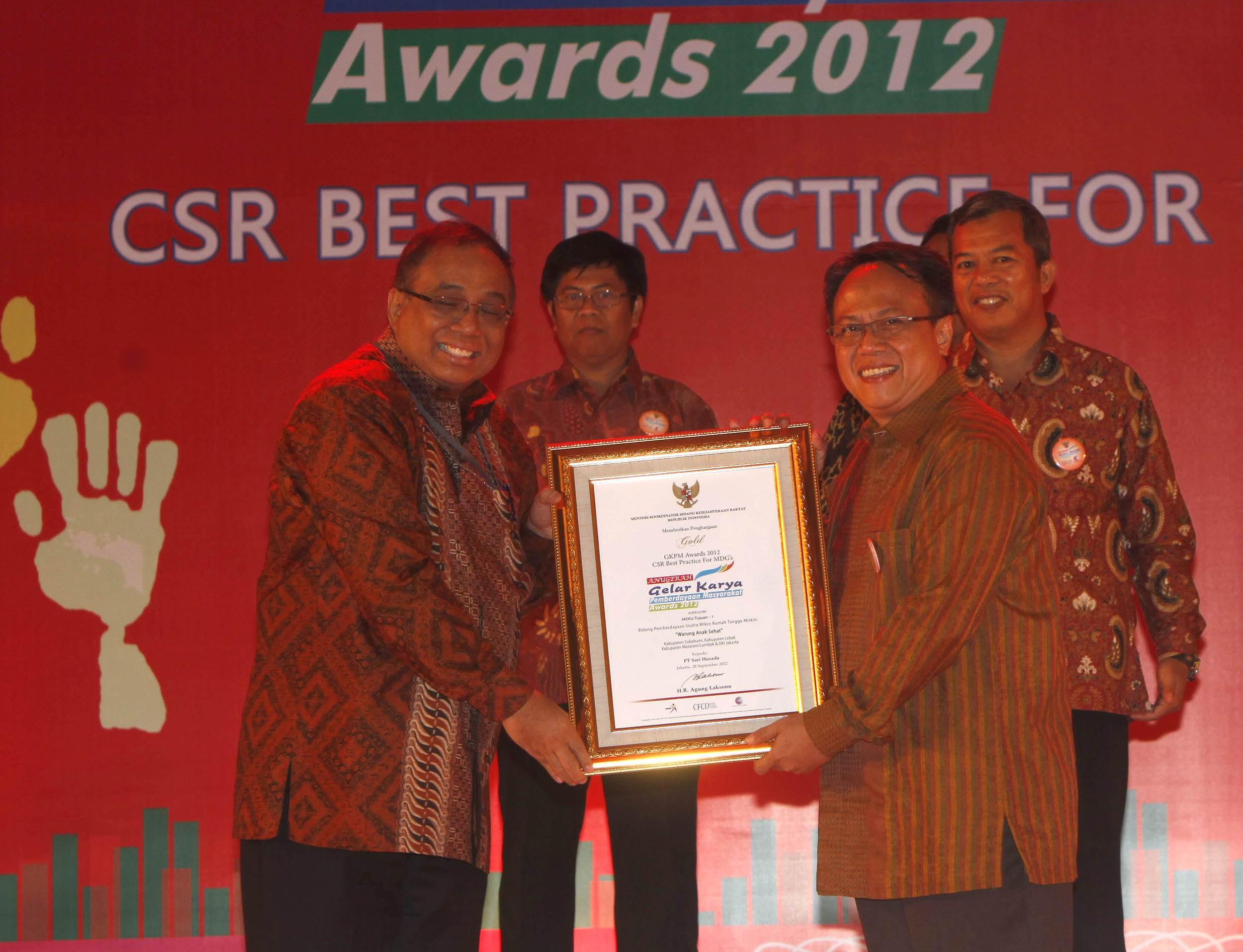 Head of Corporate Affairs PT Sarihusada Arif Mujahidin (kanan) usai menerima GKPM Award Gold untuk Program Warung Anak Sehat yang diserahkan  Sekretaris Menteri Koordinator Kesejahteraan Rakyat Indroyono Soesilo di Jakarta, Jumat (28/9).  GKPM  Award digelar setiap tahun dan digagas  Kemenko Kesra dan CFCD.(her)
