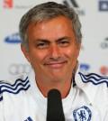 Jose Mourinho senyum