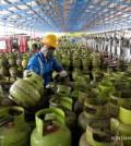 Pekerja melakukan pengisian gas LPG 3 kilogram (kg) di depot LPG Pertamina Tanjung Priok, Jakarta Utara, Senin (9/3).