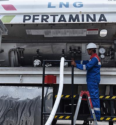 Petugas Pertagas Niaga mengecek suplai LNG untuk dialirkan ke Balcony Mall Balikpapan, Kalimantan Timur, Kamis (14/4).