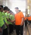 Kareg 4 Pos Indonesia Pupung Purnama menyalami oranger