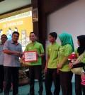 Direktur POS menyerahkan penghargaan kepada Oranger