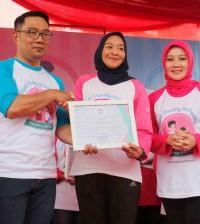 Gubernur Jawa Barat menyerahkan Piagam kepada Vera Galuh S VP General Secretary  Danone Indonesia