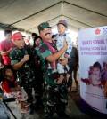 Panglima TNI menggendong Balita Lombok