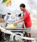 Pemulung sampah plastik