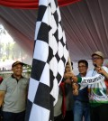 Deputi 3 Kemenpora mengibarkan bendera start di Padang