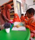 Seorang guru tengah mengajari anak-anak PAUD