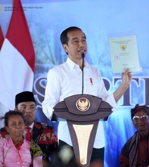 Jokowi bagi serifikat