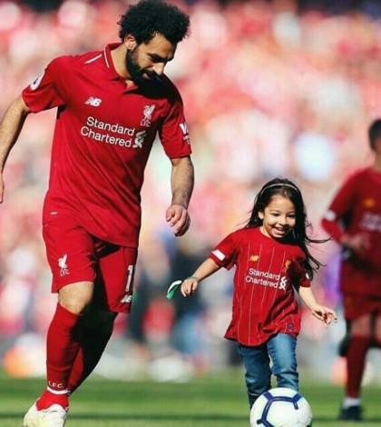 Moihammad Salah dan putrinya main bola