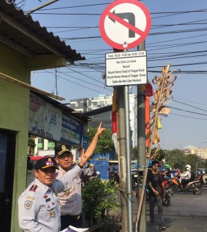 Petugas menunjuk dilarang belok ganjil genap